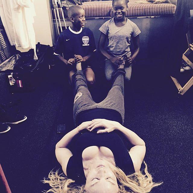 Madonna posta foto com os filhos fazendo massagem em seus pés