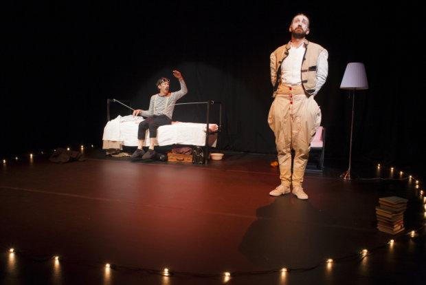 Fino al 19 gennaio al Teatro Libero di Milano va in scena TORNO INDIETRO E UCCIDO IL NONNO
