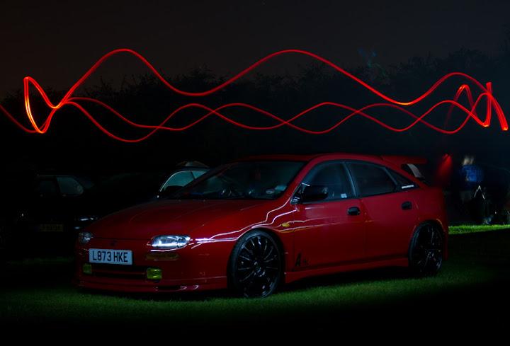 Mazda 323F BA, Familia, Lantis, 4-drziowy, ciekawy samochód, japońskie auto, zdjęcia nocą, fotografia, po zmroku, tuning, modyfikacje, czerwona