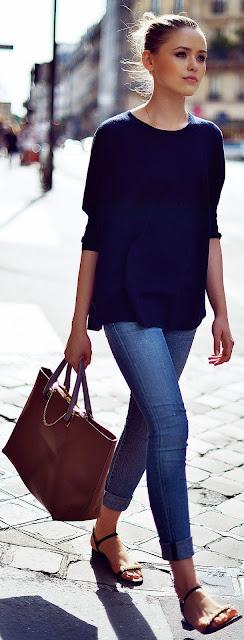 Looks estilo minimalista e descontraído, calças de ganga e sweatshirt