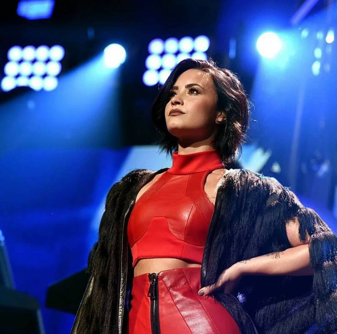 Demi Lovato cantó en el concierto Jingle Ball 2015 en Dallas