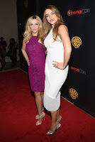 Sofia Vergara & Reese Witherspoon posing for cameras on the red carpet
