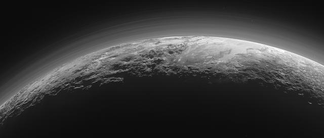 Lodowe góry i równiny na Plutonie