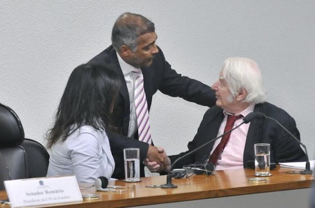 O senador Romário cumprimenta o jornalista Andrew Jennings na CPI do Futebol (Foto: Divulgação/Ascom Romário)