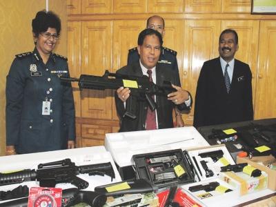 Mohd Nasir menunjukkan senapang M16 dibeli remaja berusia 15 tahun yang berjaya dirampas Kastam Perak.