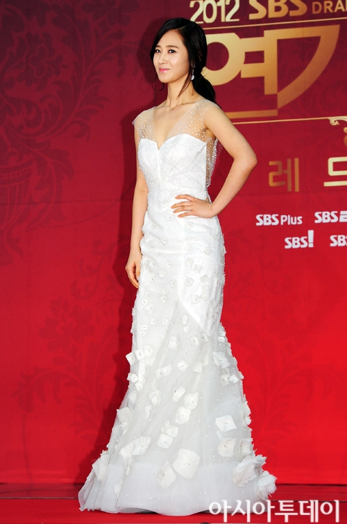 Yuri en los SBS Drama Award 2012 Ssnd+yuri+2012+sbs+drama+awards+red+carpet+(11)