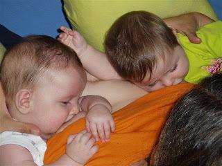 lactancia gemelar http://criandomultiples.blogspot.com crianza natural gemelos