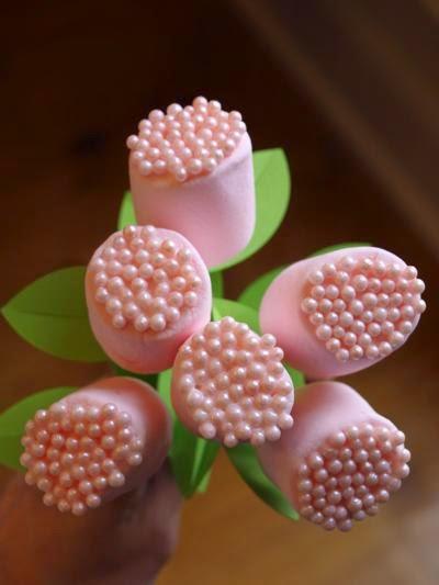 Flores hechas con dulces en Recicla Inventa