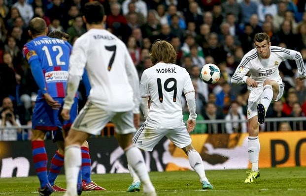 Real Madrid berhasil mencukur Granada skor mencolok  9-1. Bintang Real Madrid Ronaldo menjadi bintang di pertandingan ini dengan mencetak 5 gol, sementara empat gol lainnya dicetak oleh Kharim Benzema 2 gol dan Gareth Bale 1 gol serta 1 gol lagi merupakan goal bunuh diri tim tamu.