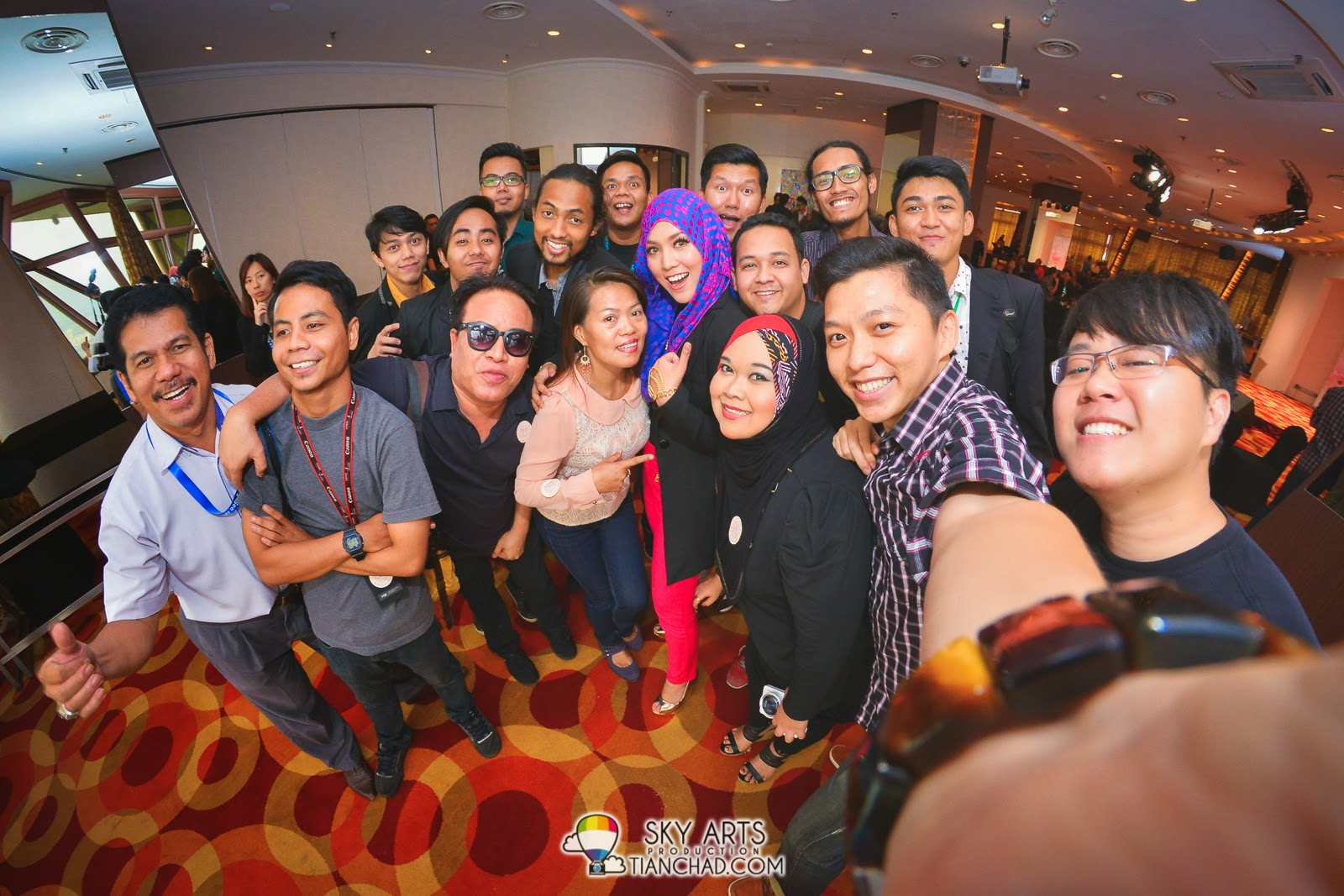 A bigger #TCSelfie with Shila Amzah and more media friends!! Thanks everybody!