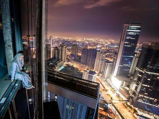 Berani Gadis Cantik ini bergambar dari tebing bangunan yang tinggi di tengah tengah bandaraya Kuala Lumpur 7 Gambar