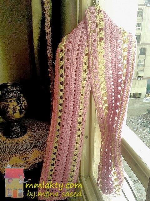 Bufanda femenina tejida al crochet , con diagrama