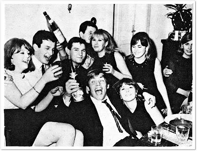Hokejaši Medveščaka Faik Sinanović i Tom Milaković u stanu klupskog kolege Borisa Renoa dočekuju 1967