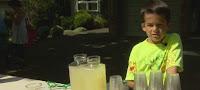 7χρονος πουλάει λεμονάδες και ποπ κορν για να βοηθήσει την καρκινοπαθή μητέρα του (φωτό+βίντεο)