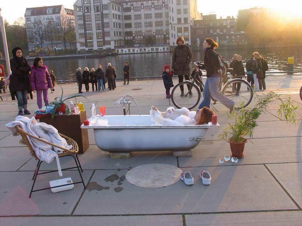 insolite berlin: se laver dans la rue