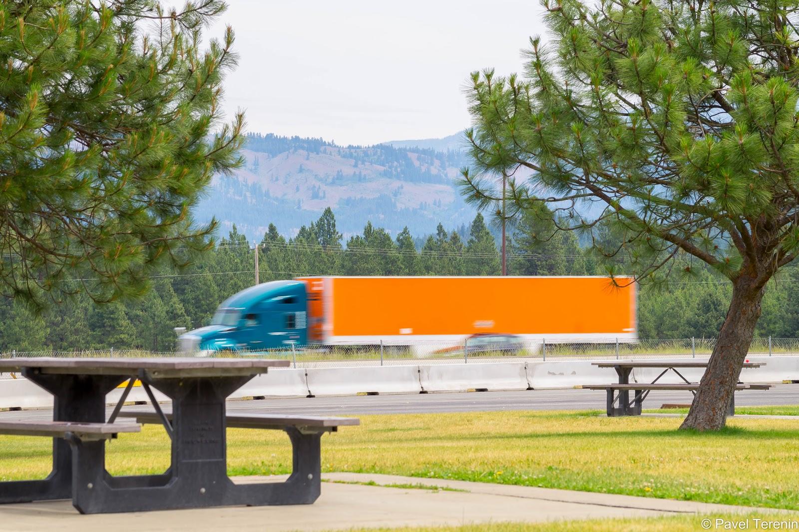 По дороге множество зон отдыха, где можно устроить пикник с видом на горы и на проносящиеся по хайвею грузовики.