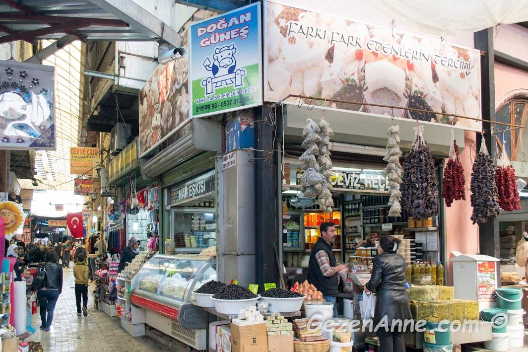 Uzun Çarşıdaki yöresel ürünler satan şarküterilerden Doğan Güneş, Antakya Hatay