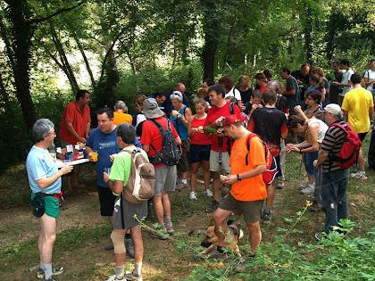 El punt de l'esmorzar sota el mas El Bosc. Hi veiem els amics Victor, Miquel, Joan...