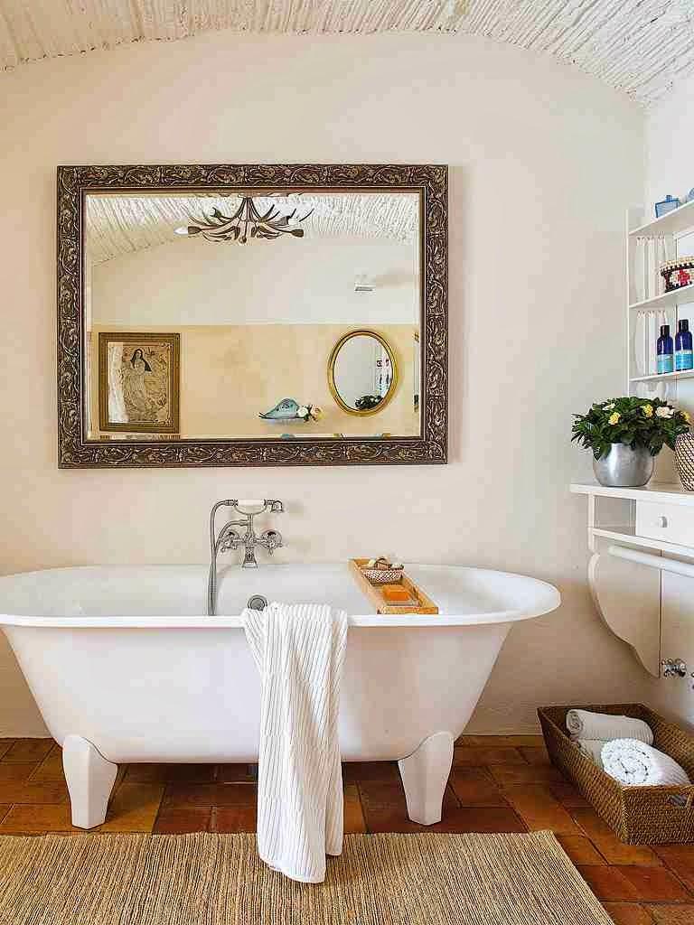 Rustykalna łazienka, stylowa wanna na nóżkach, lustro w stylowej oprawie