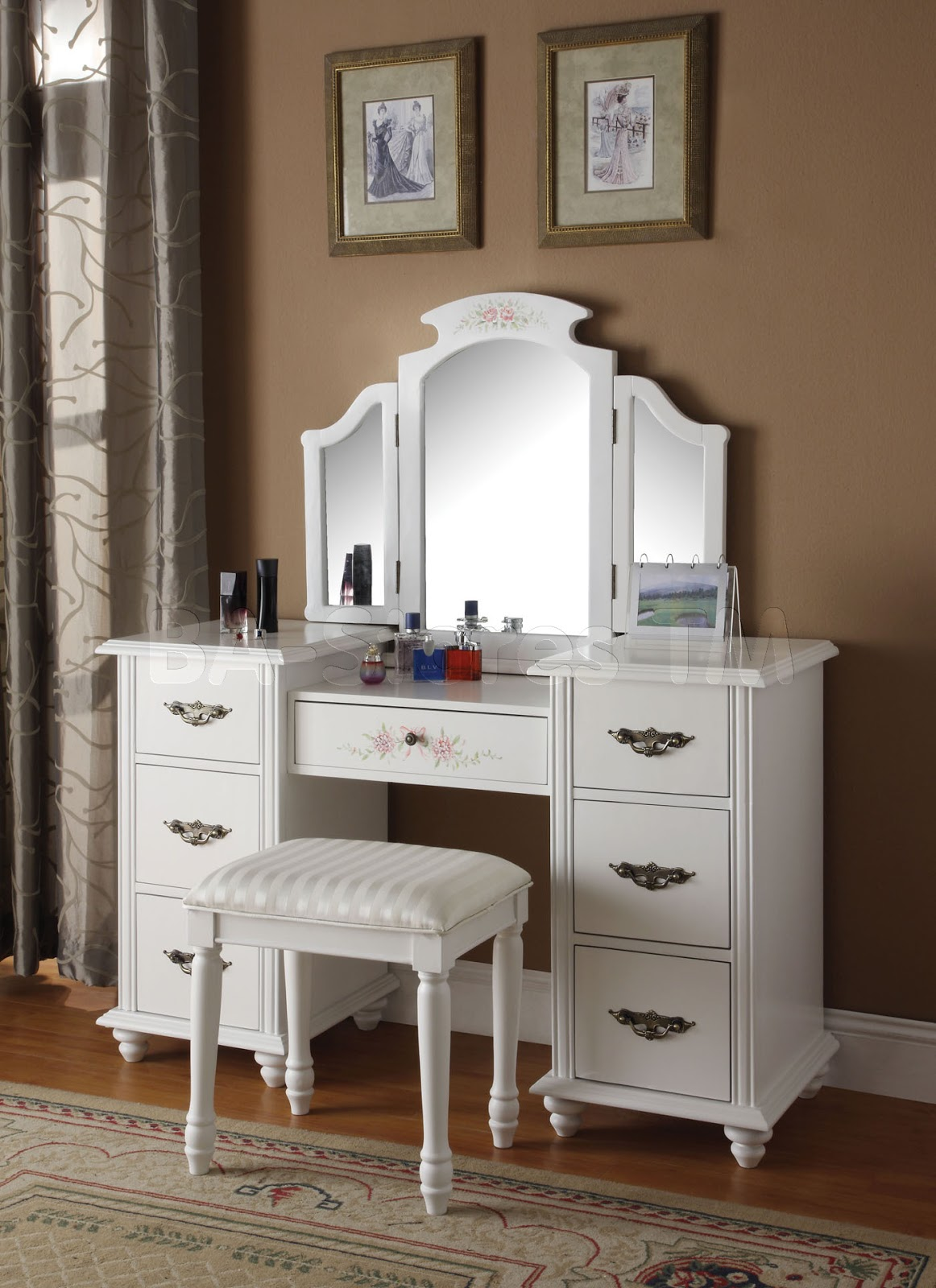 Bedroom vanities a new female 39 s best buddy dreams house for Vanity table set