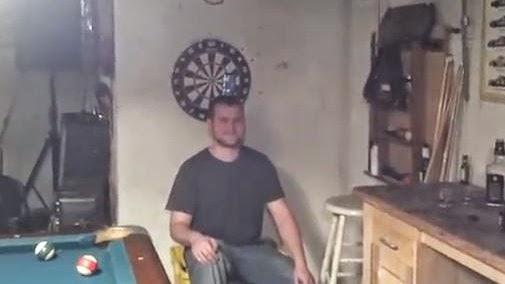 Parvos jogam setas a fazer pontaria a lata de cerveja em cima da cabeça (video)