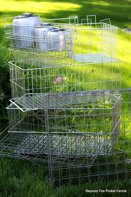 wire baskets, vintage, locket baskets, thrift store, http://bec4-beyondthepicketfence.blogspot.com/2015/10/small-town-thrifting.html