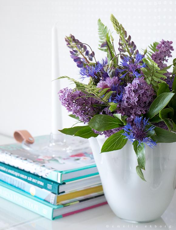 still life with flowers, stilleben blommor, vignetes flowers, purple blue bouquet, bouquet chive lilacs lupine columbine