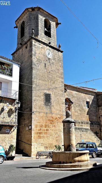 Iglesia y fuente en la Plaza Mayor de Chiclana de Segura