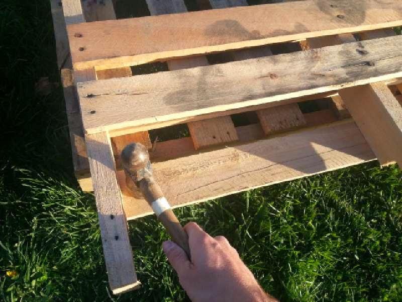 sin embargo antes de proceder a unir las dos piezas los extremos que hemos cortado y las tablas de palets aplicaremos una capa de aerosol para sellar y