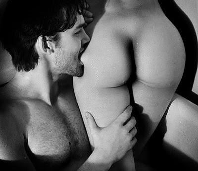 homem mordendo uma bunda de mulher desejando sexo anal