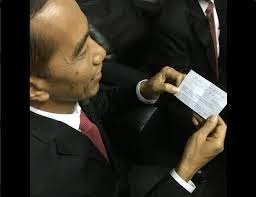 'Misteri' Ukuran Kertas Putih yang nyembul di Jas Jokowi