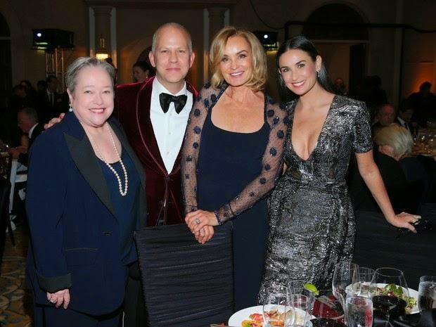 A atriz Demi Moore usa vestido decotado em festival de cinema na Califórnia