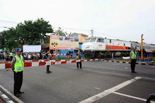 Dalam pasal 64 dan 65 pada PP nomor 43 tahun 1993 di tegaskan setiap pengemudi atau pemakai jalan wajib mendahulukan kereta api tidak hanya itu larangan menerobos perlintasan kereta api indonesia di atur dalam undang-undang tentang lalu lintas