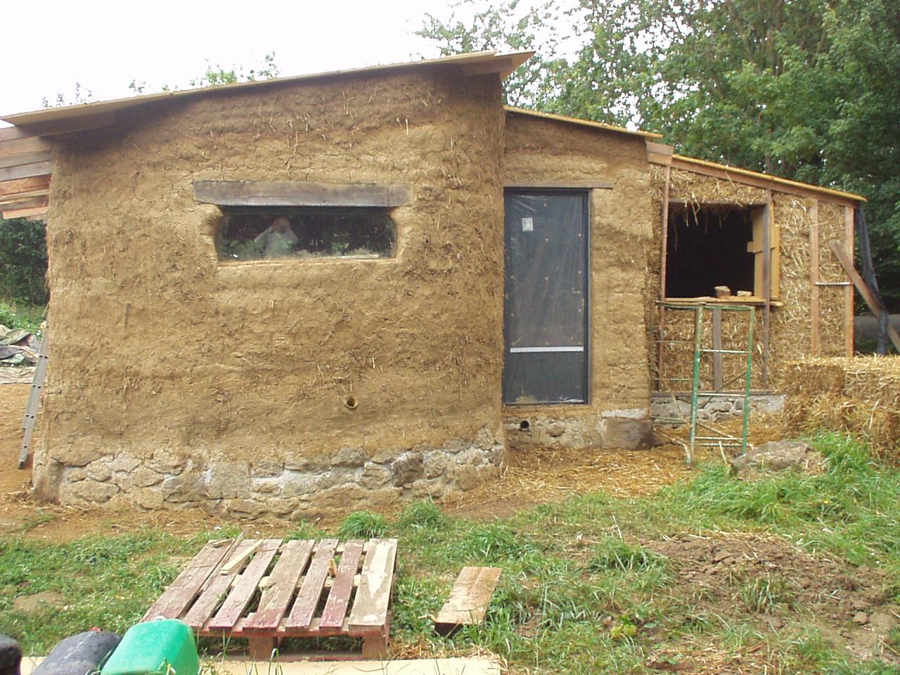 maison terre et paille un toit des murs en bauge presque finis. Black Bedroom Furniture Sets. Home Design Ideas