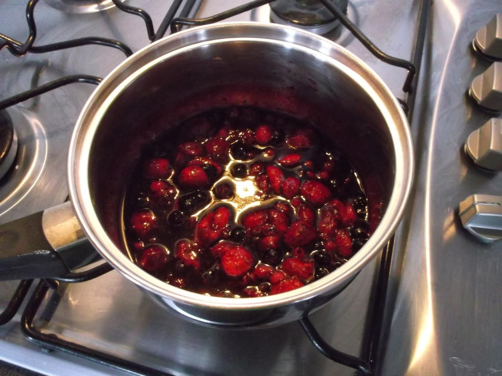 i gotowy, lekko kisielowaty sos z owoców leśnych
