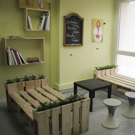 en la superior podemos apreciar la estantera hecha con tablas de palets formando rectngulos y el banco jardinera qu a mi particularmente me ha gustado