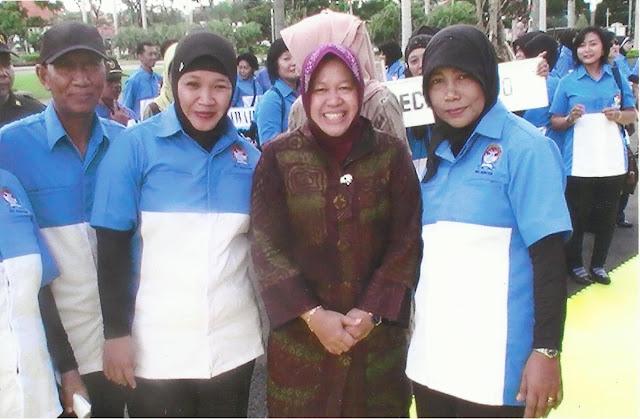 Berpose dengan Walikota Surabaya, Ibu TRI RISMAHARINI