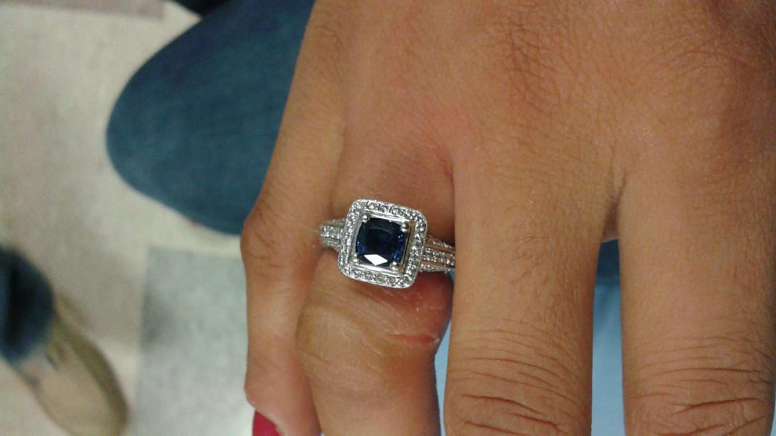 maquina para cortar un anillo de oro blanco de 18 k con perlas blanca y zafiro