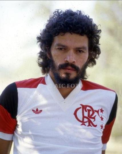 http://4.bp.blogspot.com/-qxdvWUib5JI/Ttt_6KbDVfI/AAAAAAAAGo4/fbXViTJxVFA/s1600/Socrates+Flamengo.jpg