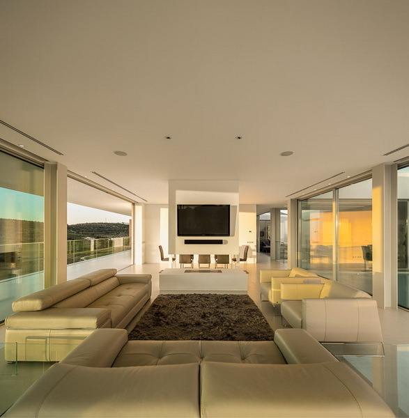 Living room in Modern Villa Escarpa by Mario Martins
