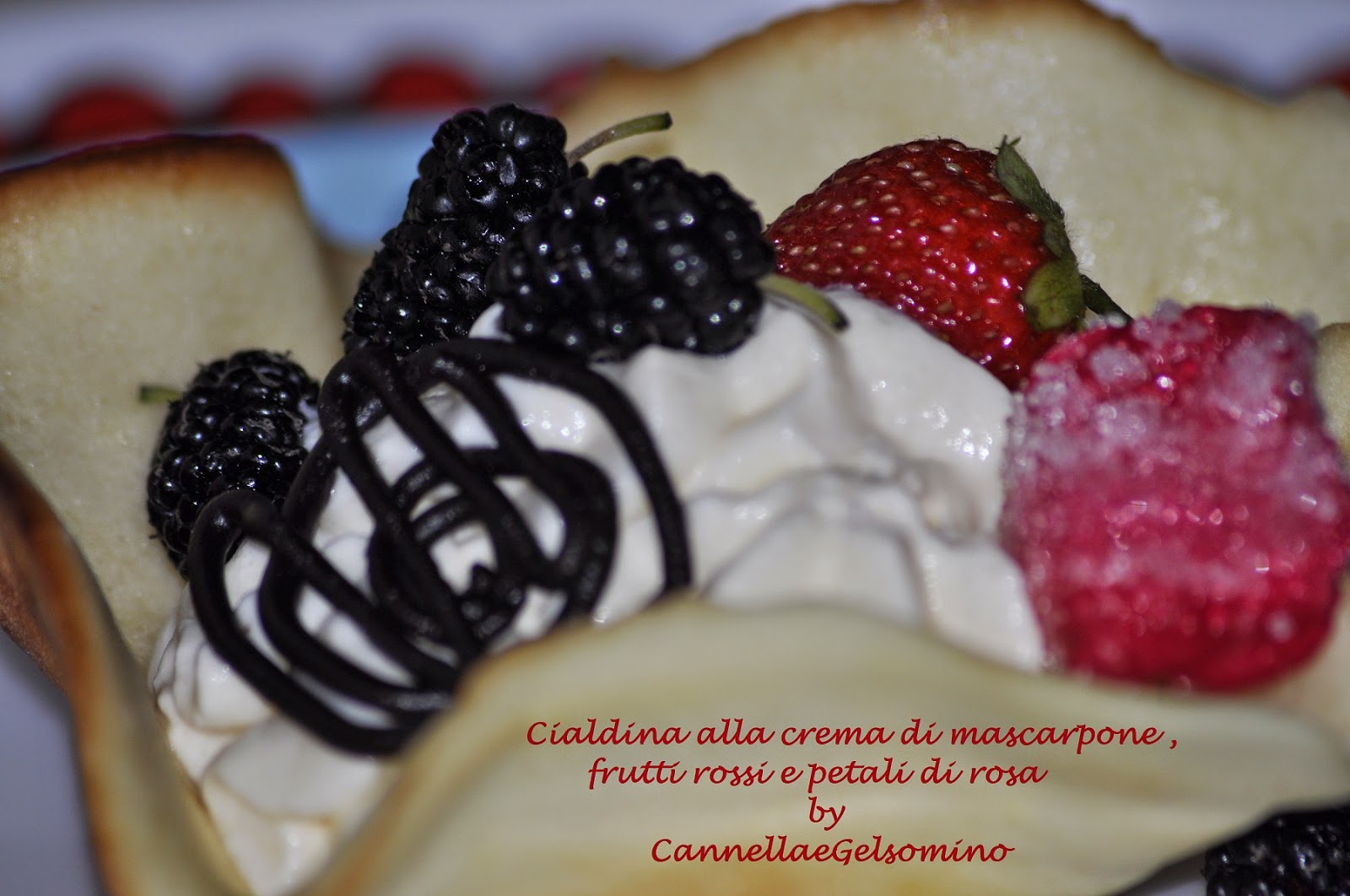 cialdina alla crema di mascarpone, frutti rossi e petali di rosa