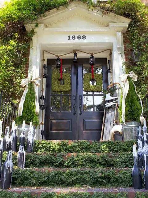 Świąteczne ozdoby przed wejściem