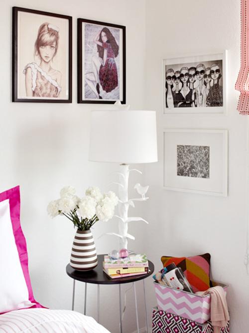 menggantung foto atau gambar sebagai dekorasi kamar