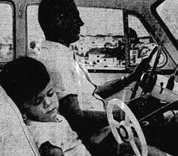 Propaganda do DKW com criança no banco da frente sem cinto de segurança