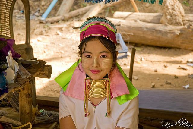 Bộ tộc phụ nữ đeo vòng làm cổ dài ở thái lan 8