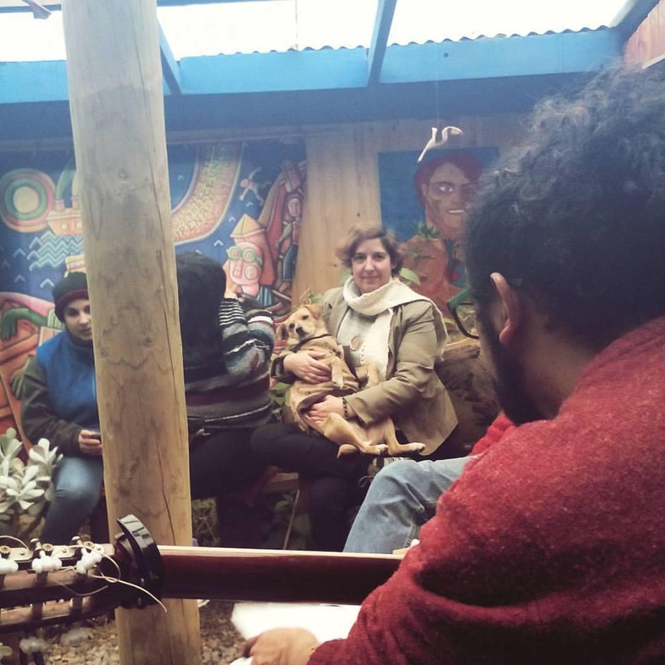 Damaris Calderon Poeta Cubana en Isla Negra con su perrita regalona escuchando a los poetas