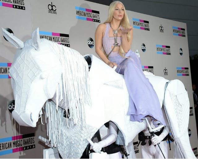 Lady Gaga junto a un caballo blanco