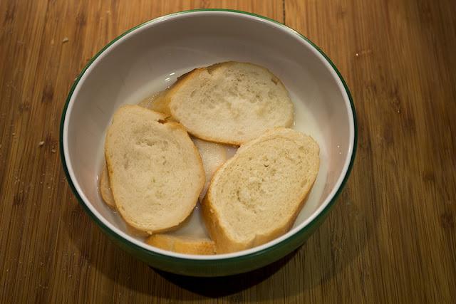 Poner el pan a remojo