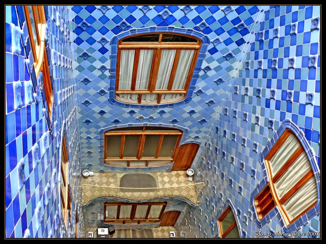 Architecture casa batll antoni gaudi barcelona spain for Casa interior