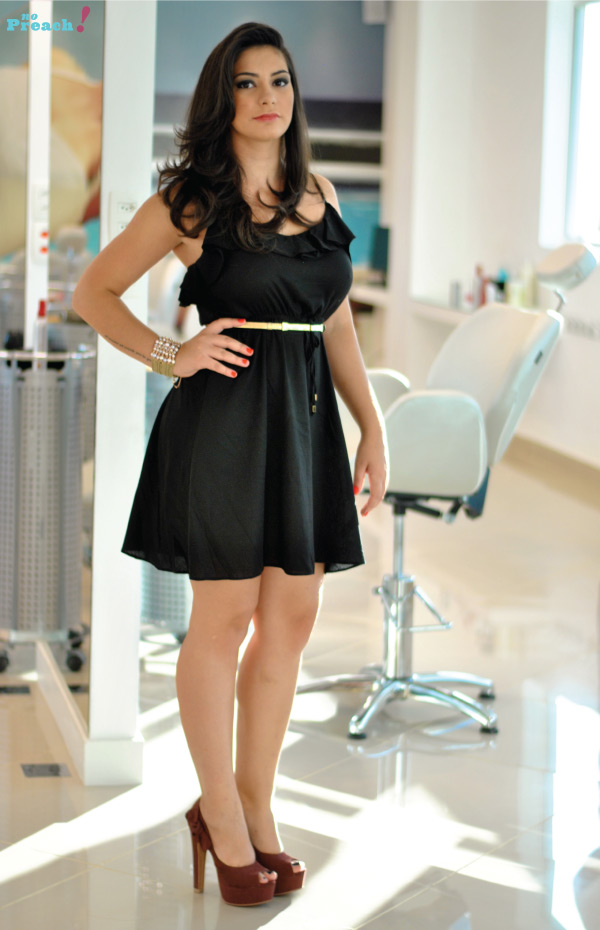 Look casual vestido preto e peep toe